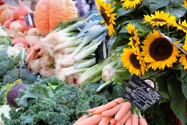 Mercato degli agricoltori provenza francia verdure e girasoli.
