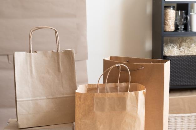 Mercato degli scaffali di carta per confezioni artigianali