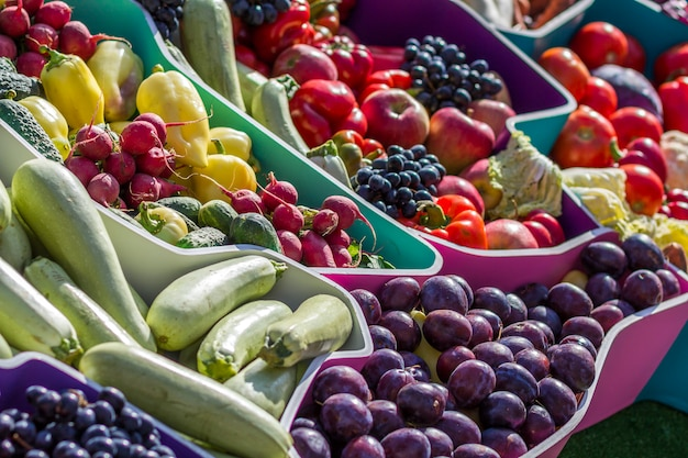Mercato di frutta degli agricoltori con varie frutta e verdure fresche variopinte
