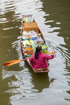 Mercato di galleggiamento di damnoen saduak in ratchaburi vicino a bangkok, tailandia