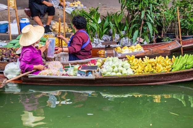 Mercato di galleggiamento di damnoen saduak vicino a bangkok in tailandia