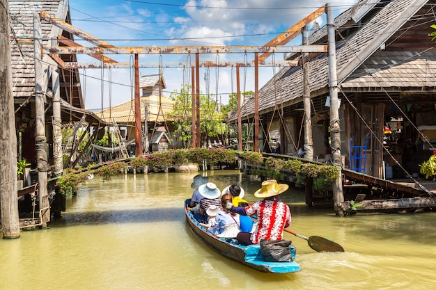 Mercato galleggiante di pattaya in thailandia