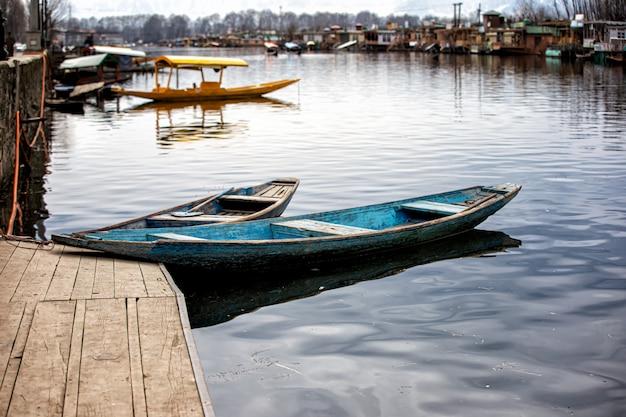 Mercato mattutino in barca nel kashmir