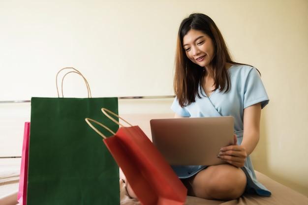 Mercato online del proprietario di affari in camera da letto