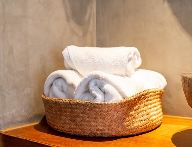 Merce nel carrello bianca dell'asciugamano