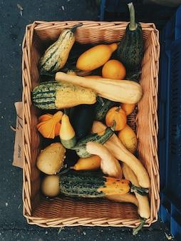 Merce nel carrello decorativa delle zucche