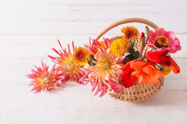 Merce nel carrello dei fiori di estate sulla tavola di legno