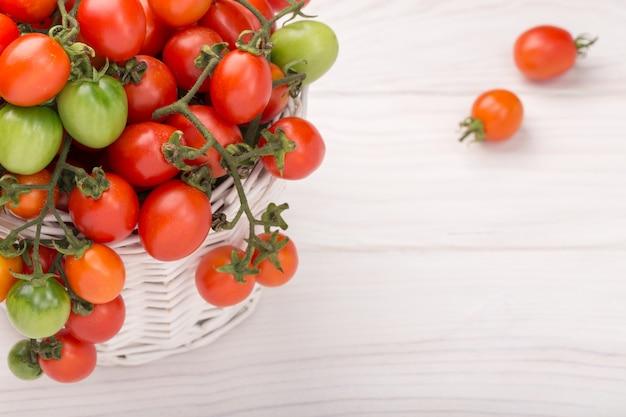 Merce nel carrello dei pomodori ciliegia su di legno