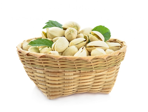 Merce nel carrello del pistacchio isolata su fondo bianco.
