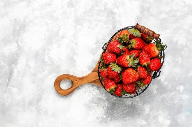 Merce nel carrello deliziosa dolce delle fragole, vista superiore