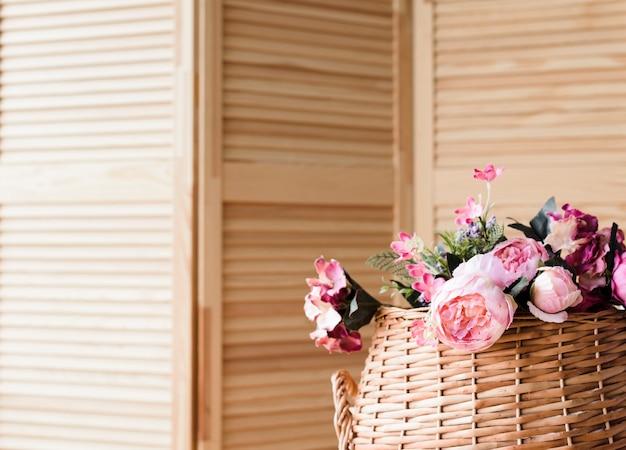 Merce nel carrello della decorazione del fiore del primo piano