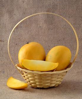 Merce nel carrello della frutta del mango sul panno di sacco