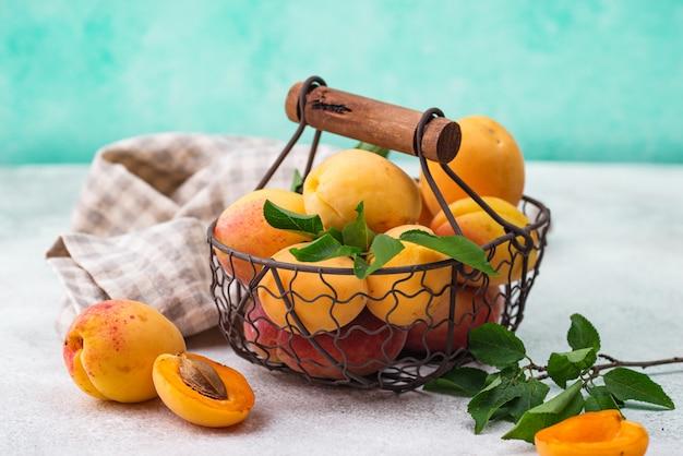 Merce nel carrello delle albicocche mature fresche