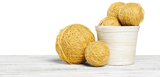 Merce nel carrello delle palle del filato di lana