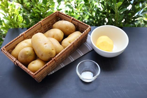 Merce nel carrello delle patate
