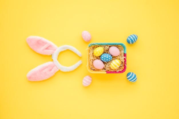 Merce nel carrello delle uova di pasqua con le orecchie del coniglietto