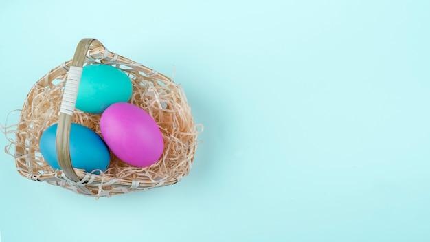 Merce nel carrello delle uova di pasqua sulla tavola
