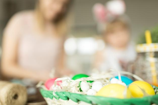 Merce nel carrello delle uova di pasqua