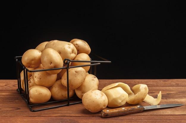 Merce nel carrello fresca delle patate