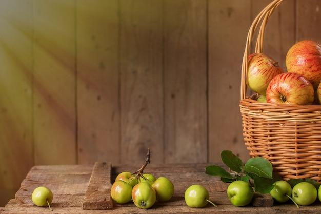 Merce nel carrello matura fresca delle mele sulla tavola di legno d'annata