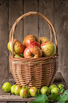 Merce nel carrello matura fresca delle mele sulla tavola rustica