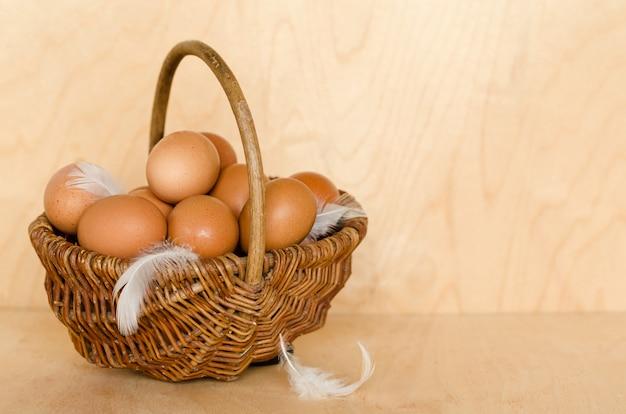 Merce nel carrello rustica casalinga delle uova di pollo