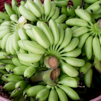 Merce nel carrello verde del pacco della banana pronta a vendere