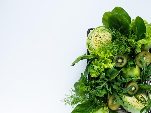 Merce nel carrello verde delle frutta e delle verdure.