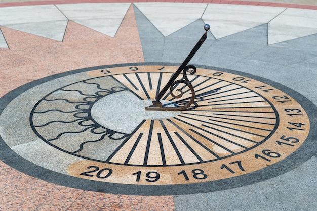 Meridiana che mostra l'ora