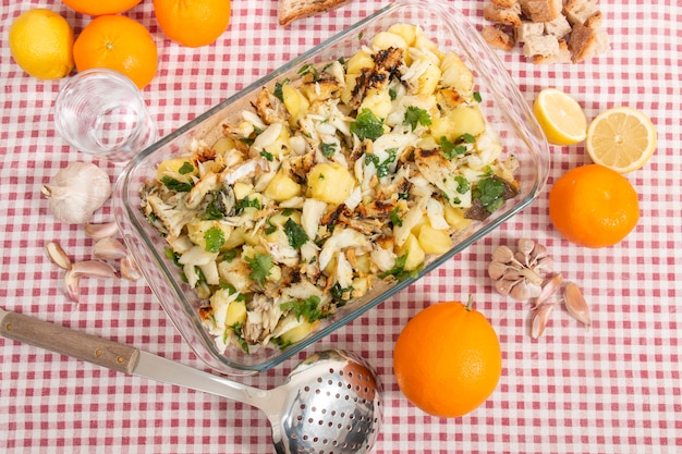 Merluzzo alla griglia con patate e olio d'oliva.