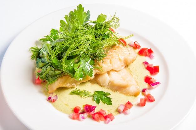 Merluzzo cotto in salsa di crema di vino bianco, formaggio e broccoli