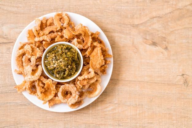 Merluzzo di maiale fritto o spuntino di maiale con salsa di peperoncino verde verde del nord