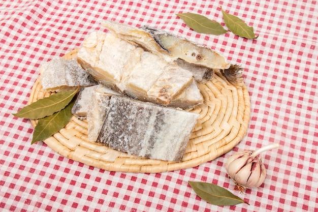 Merluzzo salato su tovaglia
