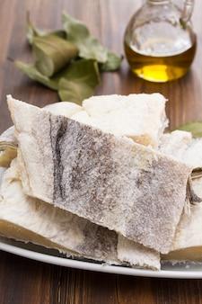 Merluzzo secco crudo salato sul piatto