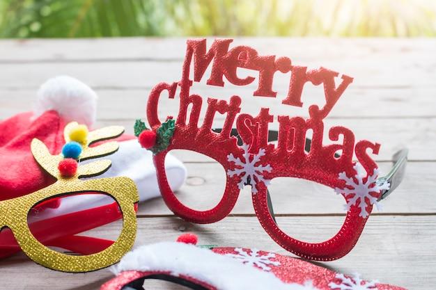 Merry chrismas eyes glassess su woodtable