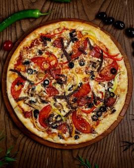 Mescola la pizza sul tavolo