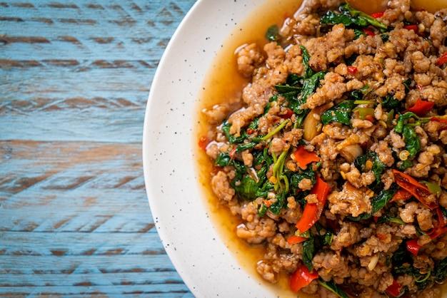 Mescolare basilico tailandese fritto con carne di maiale macinata