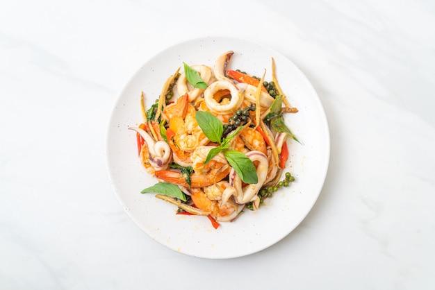 Mescolare fritto di frutti di mare piccanti (pad cha talay), in stile tailandese