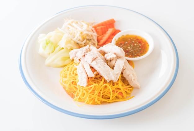 Mescolare fritto noodle con pollo