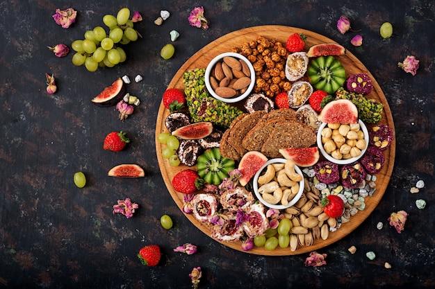 Mescolare frutta e noci, dieta sana, dolci turchi, mangiare magra. distesi. vista dall'alto