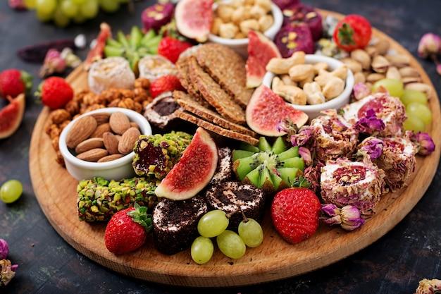 Mescolare frutta e noci, dieta sana, dolci turchi, mangiare magra.