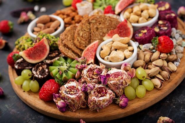Mescolare frutta e noci, dieta sana, dolci turchi, mangiare magro. .