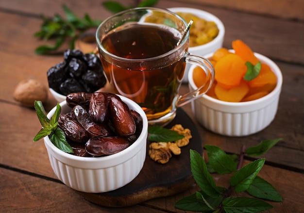 Mescolare frutta secca (frutti di palma da dattero, prugne secche, albicocche secche, uva passa) e noci e tè arabo tradizionale. ramadan (ramazan) cibo.