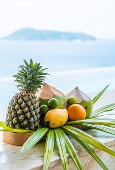 Mescolare frutta tropicale con lo sfondo del mare