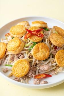 Mescolare, germogli di fagioli fritti, tofu all'uovo e carne di maiale tritata, stile di cibo asiatico