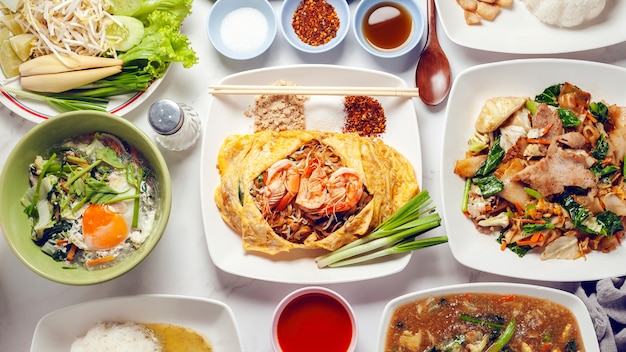 Mescolare i bastoncini di riso fritto o la tagliatella con gamberi. menu popolare tailandese. il cibo tailandese si chiama pad thai.