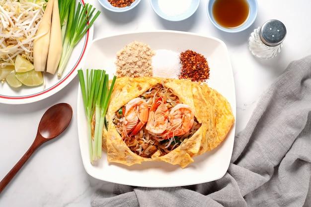 Mescolare i bastoncini di riso fritto o la tagliatella con i gamberi. cibo thailandese