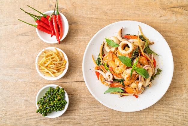 Mescolare i frutti di mare piccanti fritti (pad cha talay) - stile di cibo tailandese