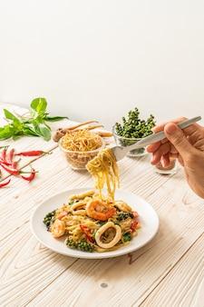 Mescolare i frutti di mare piccanti fritti (pad cha talay)