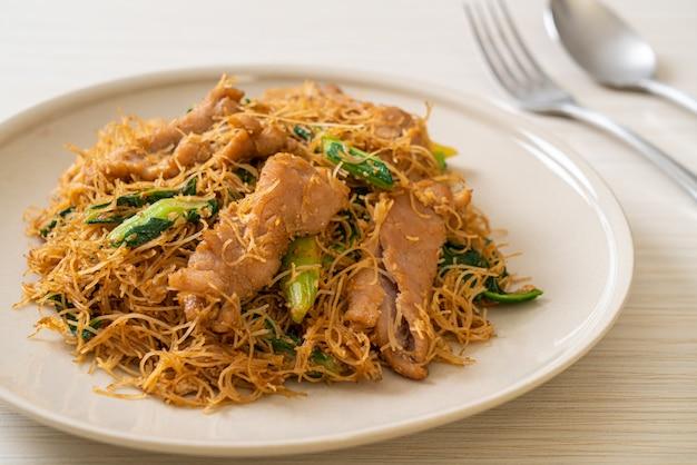 Mescolare i vermicelli di riso fritti con salsa di soia nera e maiale